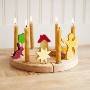 Os furos são preenchidos com velas correspondentes ao número de anos do aniversariante e objetos que representam diferentes memórias.