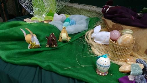 Os coelhos são feitos de feltro e costurados à mão