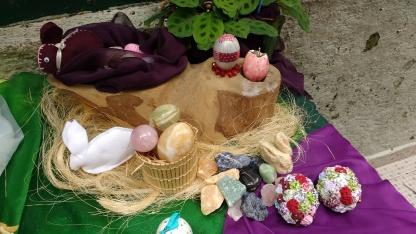 Pedras, ovos decorados e coelhos fazem parte da mesa